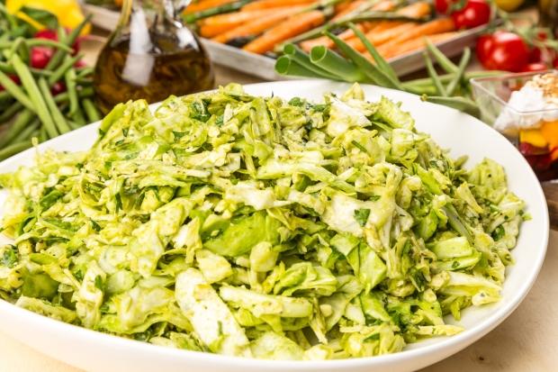 Färsk vitkålssallad med avokado & lagrad ost
